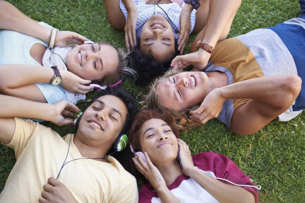 un gruppo ascolta musica streaming gratis