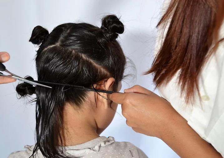 manovra con attenzione per tagliare i capelli ai bambini