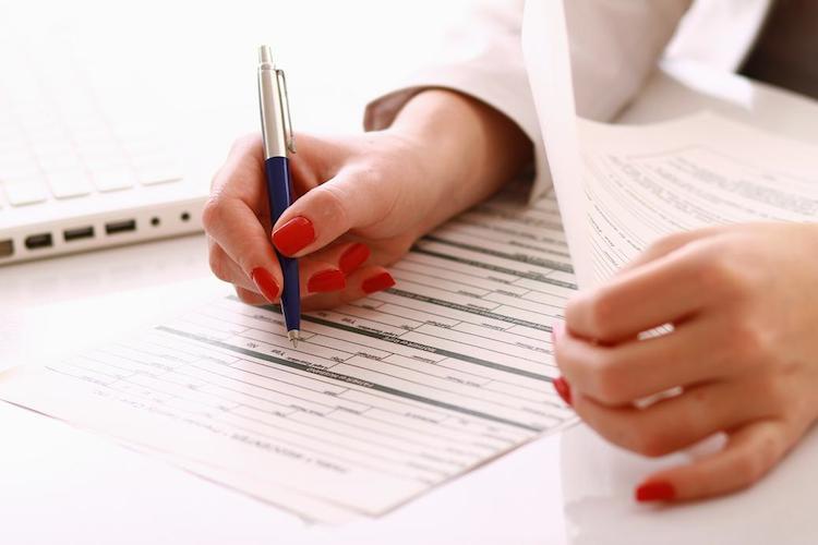 riempire un modulo per le assicurazioni casalinghe
