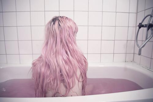 lavarsi i capelli nell'acqua delle bathbombs