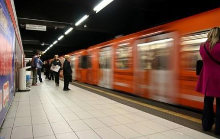 una metro in corsa su cui saltare con un abbonamento mezzi pubblici