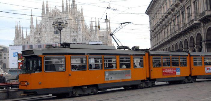 un tram col duomo sullo sfondo