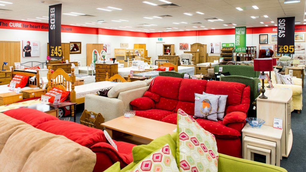 un negozio di mobili molto colorato