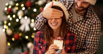 Coppia che festeggia il Natale