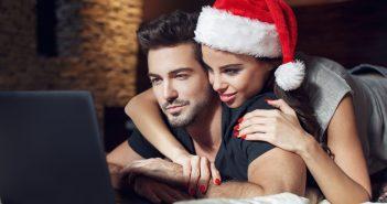 coppia che sceglie i regali di Natale