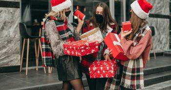 Amiche si scambiano auguri e regali