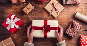 uomo che prepara pacchetti natalizi