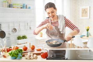 Ragazza in cucina