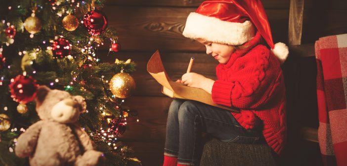 Bambina che scrive una lettera a Babbo Natale