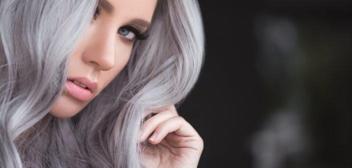 I capelli grigi sono ancora di tendenza