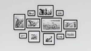 Parete con foto in bianco e nero