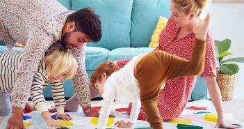 Famiglia che gioca a Twister in salotto