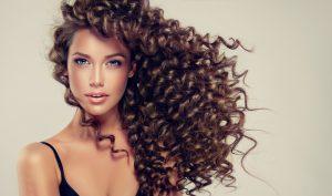 Bellissima modella con capelli ricci e sani
