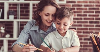Mamma aiuta il figlio nei compiti