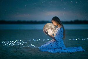 Oroscopo di Luglio: una ragazza sulla spiaggia